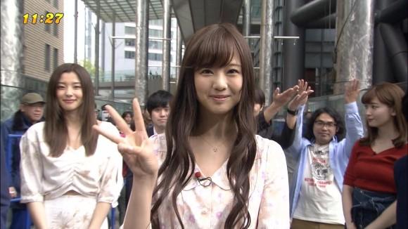 PONで小嶋陽菜(28)の赤ニットボイン