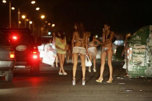 これが世界の売春ストリート☆エロな姿でカネ額H交渉する本物の売春婦がすげーー☆