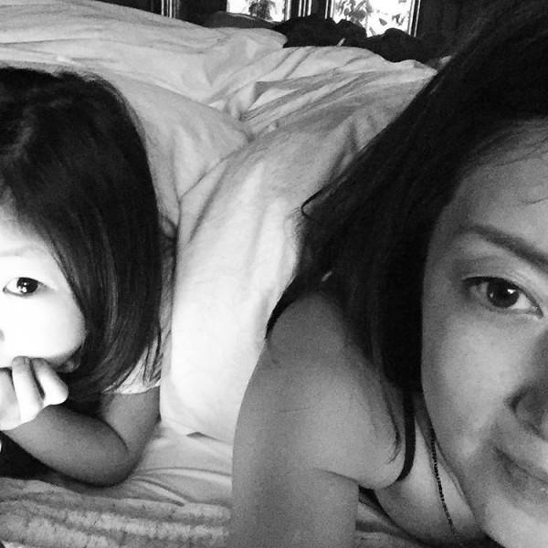 アダルト画像3次元 - 熟エロ女優、高岡早紀がガキとのマイホームお昼寝写真でブラなしデカ乳見えてるwww