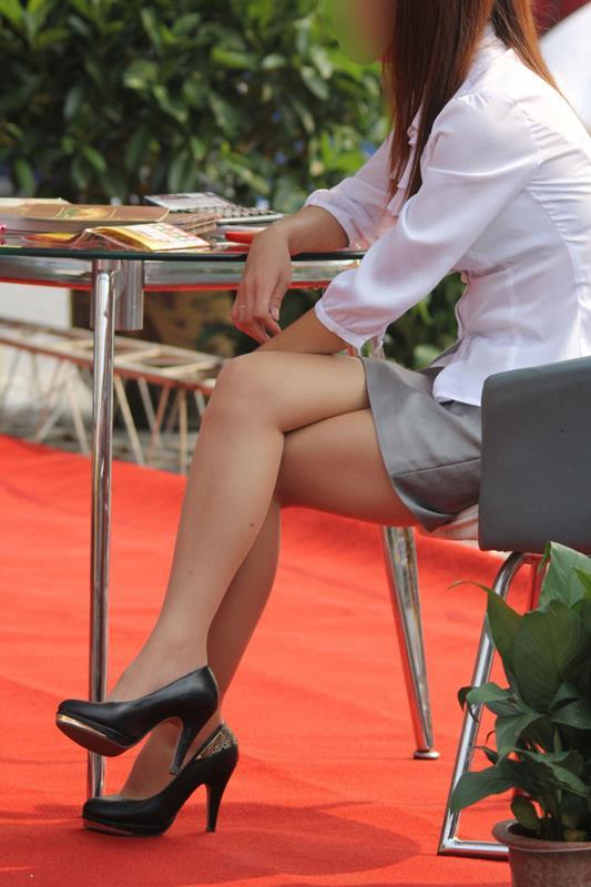 (秘密撮影えろ写真)足組みで美足を見せつけているオネエさんを秘密撮影したったwwwwww