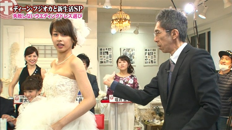 加藤綾子~胸の谷間全開のウエディングドレス姿に超ムラムラ☆こんな露出今まで無かった☆