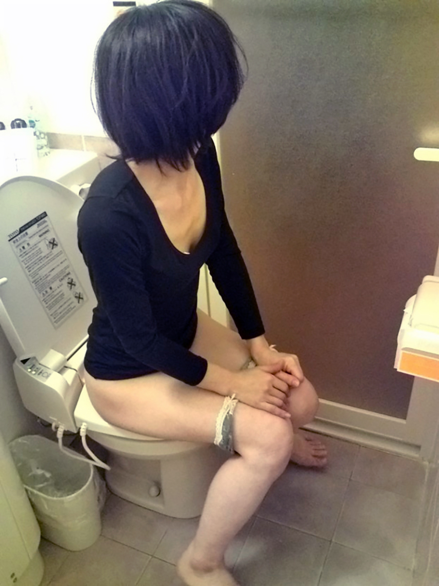 トイレで放尿小便なうの女って生々しくてえろいよなwwwwwwwwww(写真あり)