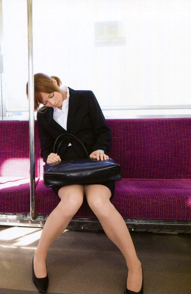 お疲れ気味の社内レディーさん…列車内で正面でパンツ丸見え鑑賞か隣で肩枕状態を狙うか迷うわwwwwwwwwww(写真あり)
