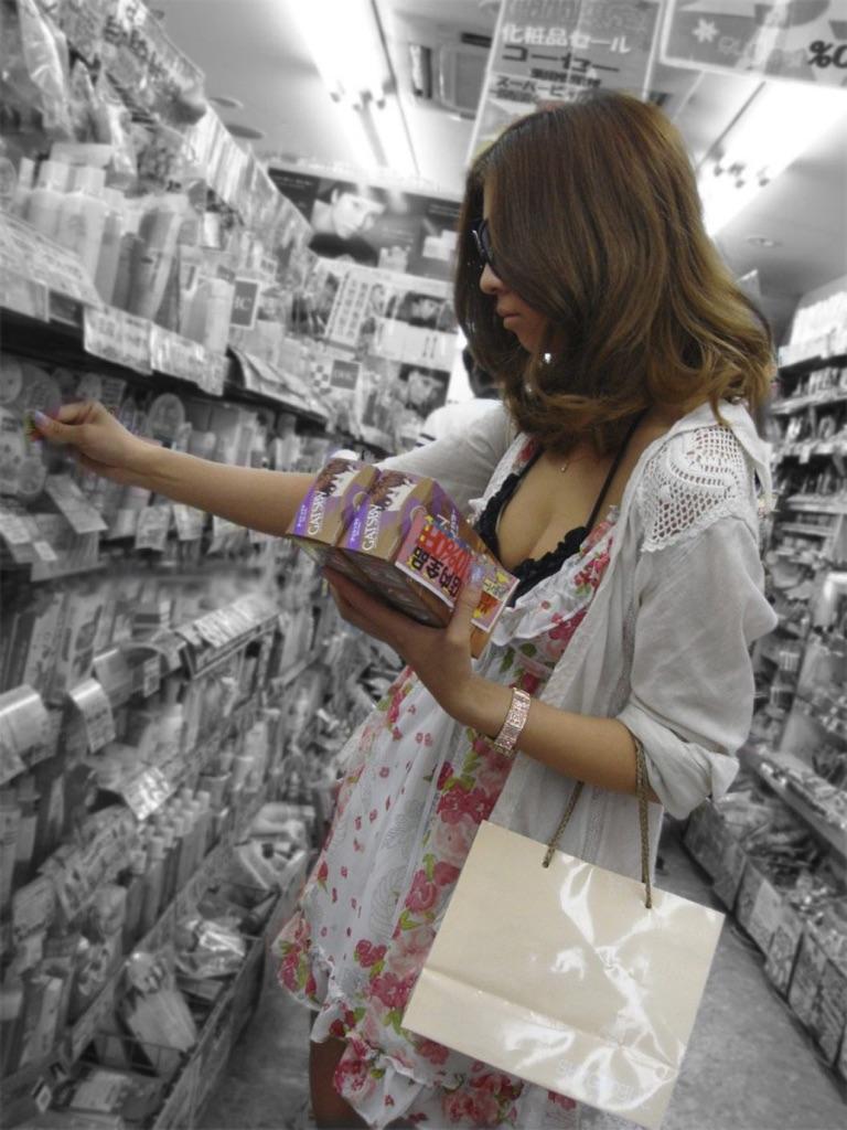 買い物中のシロウトさんは胸チラやパンツ丸見え秘密撮影してもまず気付くことないっぽいわwwwwwwwwww(写真あり)