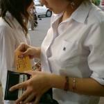 JK夏服は透けブラやシャツの合間からブラや胸チラ見えたりとエロ過ぎるwwwww(画像あり)