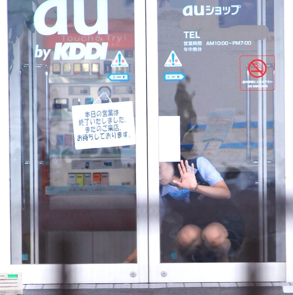 【エロ画像】しゃがみパンチラしてる働くオネエさんがえろくてヌけるwwwwwwwwwwwwwwwwww(秘密撮影えろ画像あり)