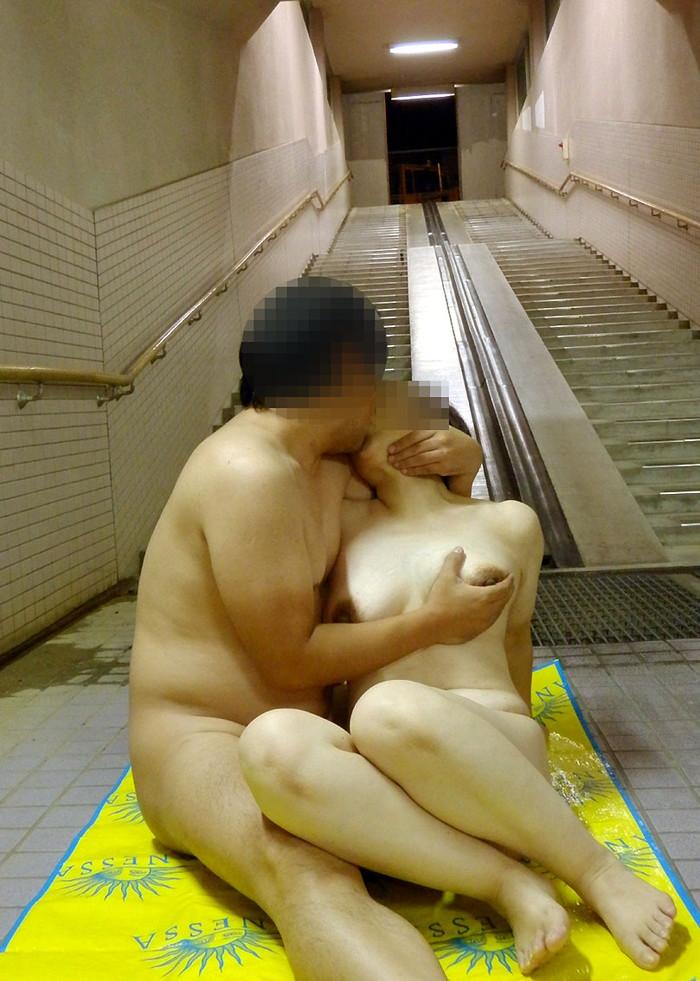 【エロ画像】(公然わいせつ)外や公共の場で大胆青姦SEXしちゃってる連中ワロタwwwwwwwwwwwwwww(画像あり)