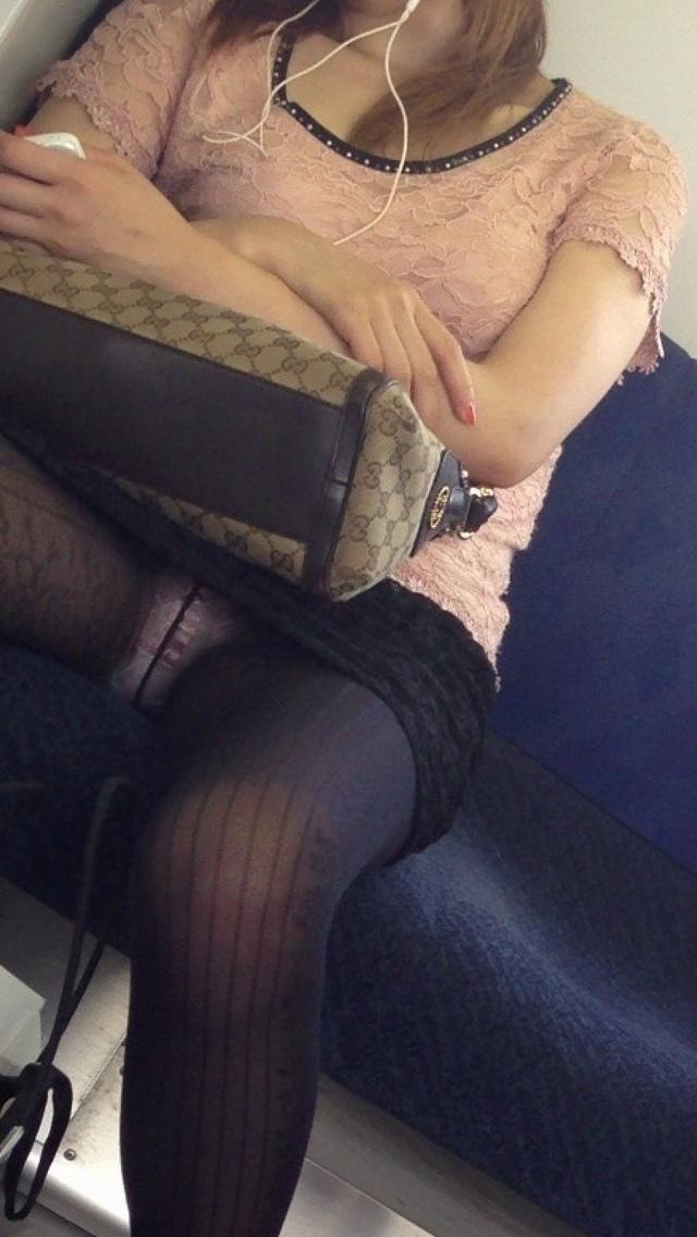 (秘密撮影)列車内パンツ丸見えがえろすぎて辛いwwwwwwwwwwwwwwww(写真あり)