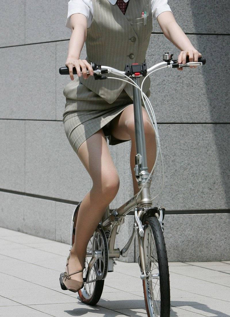 社内レディーさんが自転車乗ってる☆パンツ丸見え・お尻これはえろすぎwwwwwwwwwwww(えろ写真あり)