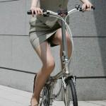 OLさんが自転車乗ってる!パンチラ・お尻これはエロすぎwwwwww(エロ画像あり)