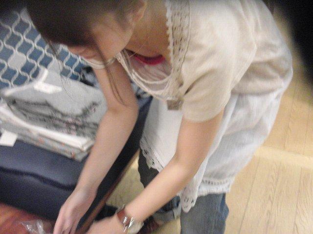 前屈みになるショップ店員さんの胸チラは見逃し厳禁だぞwwwwwwwwww(写真あり)