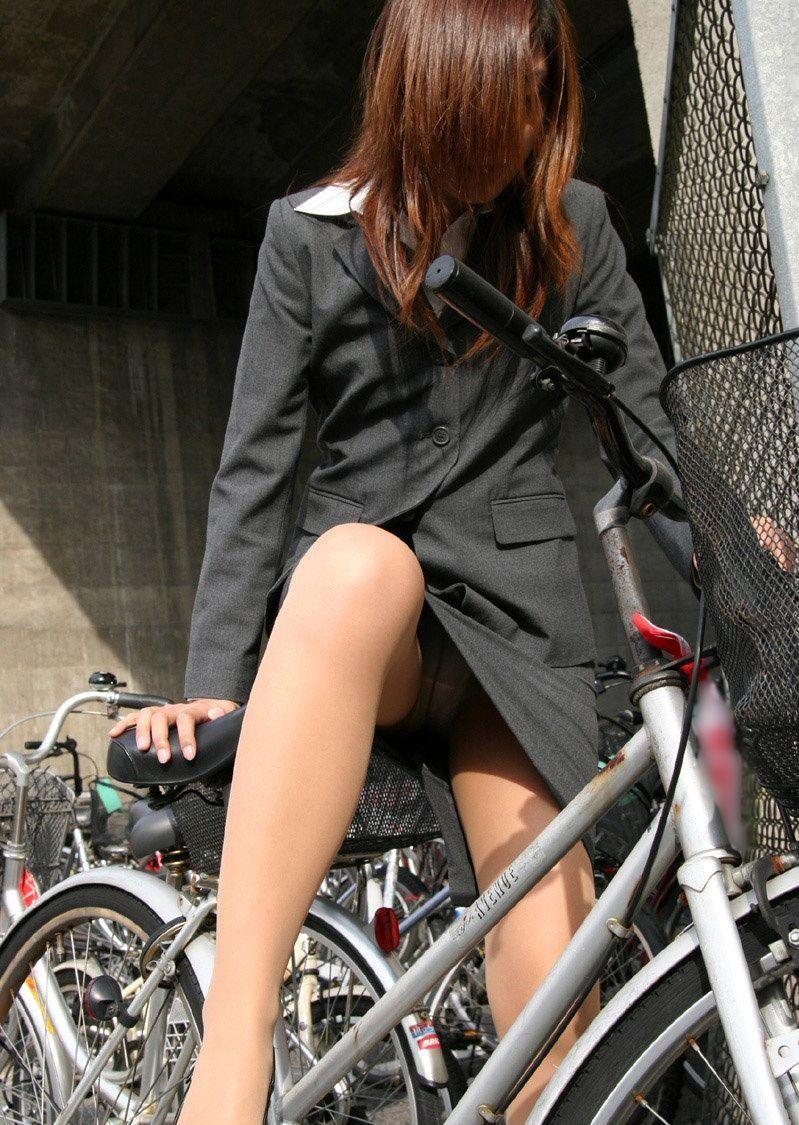 (見逃し厳禁)ミニスカで自転車に乗る女は100%パンツ丸見えするぞwwwwwwwwww(秘密撮影写真あり)