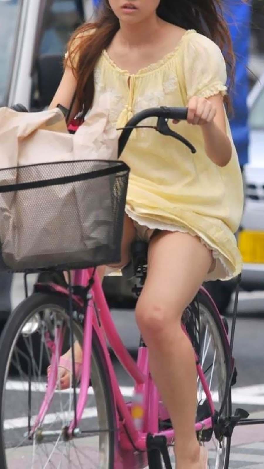 ミニスカで自転車乗る女ってパンツ丸見えするのわかってるのに馬鹿なの?wwwwwwwwww(盗写真あり)