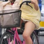 ミニスカで自転車乗る女ってパンチラするのわかってるのに馬鹿なの?wwwww(盗画像あり)