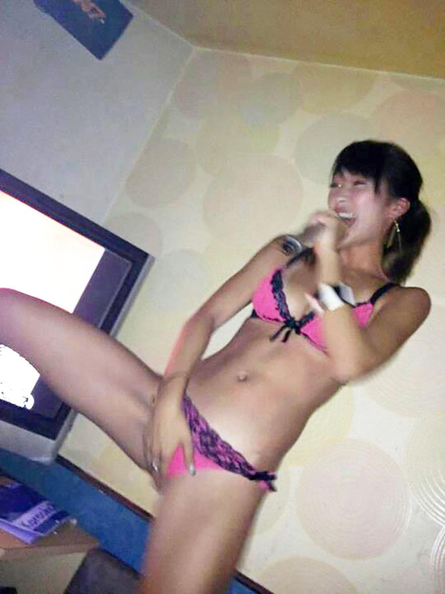 下着姿でカラオケする下品な女…☆正直店員どん引きだろうなwwwwwwww(写真あり)