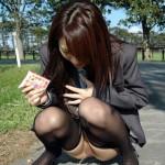 一度出したら止まらない!野外放尿する女のエロ画像wwwww