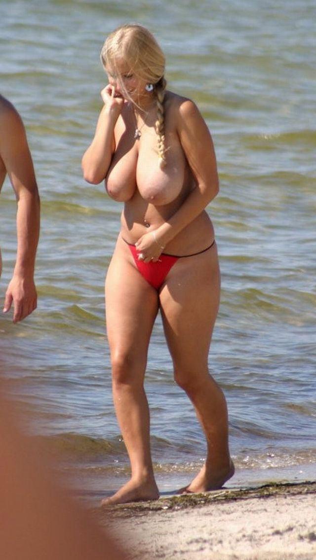 ヌーディストビーチで慣れている外国人にさえ注目されるほどナイスバディのロケット乳姉さん☆wwwwww