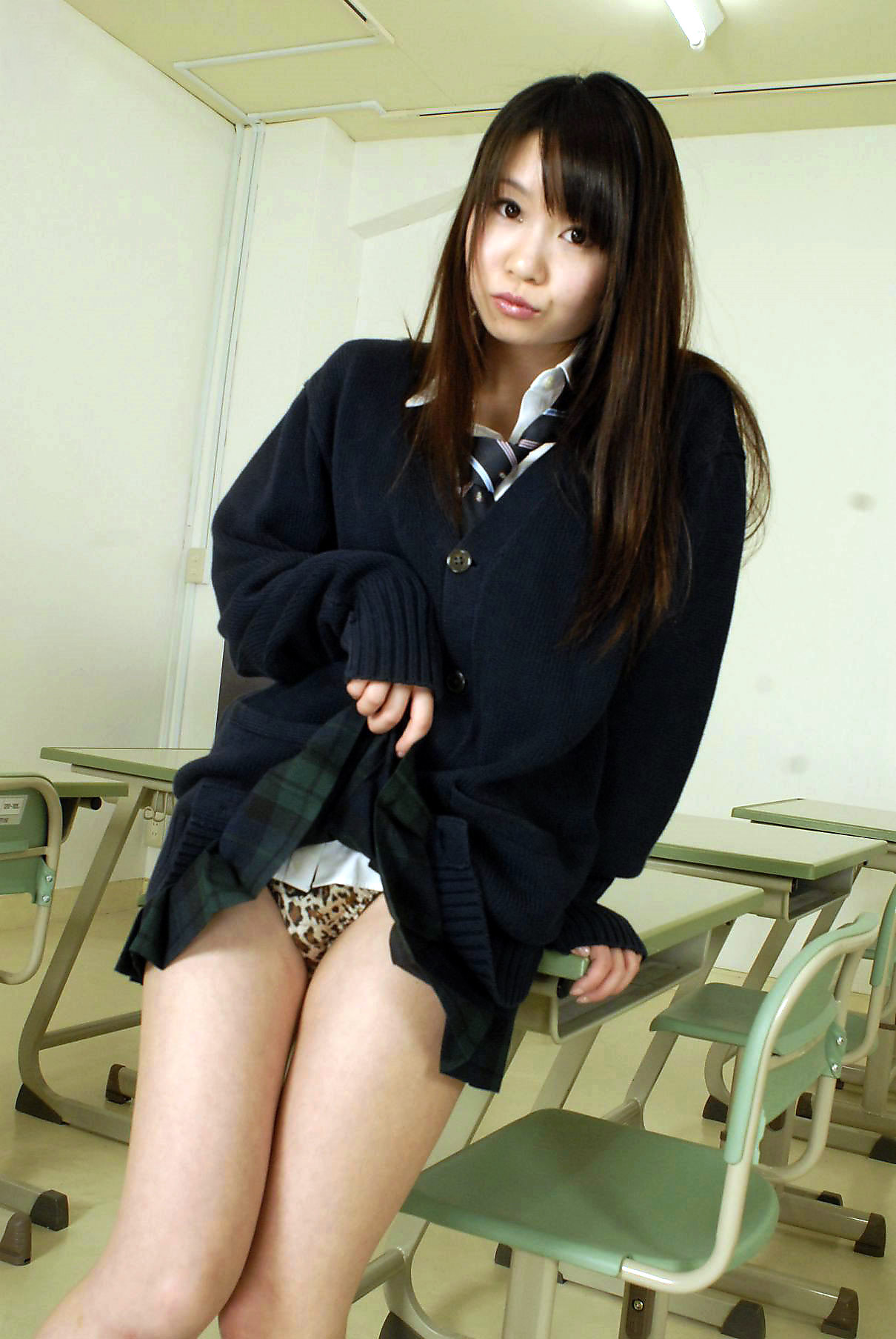 10代小娘がセイフク姿でスカート捲ってパンツ丸見えを見せてくれるという至福の瞬間wwwwwwwwww(写真あり)
