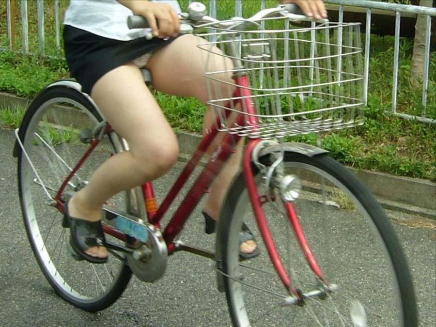 パンツ丸見え覚悟で自転車に乗るミニスカ女子ってビッチばかりなんだろうなwwwwwwwwwwww(秘密撮影えろ写真あり)