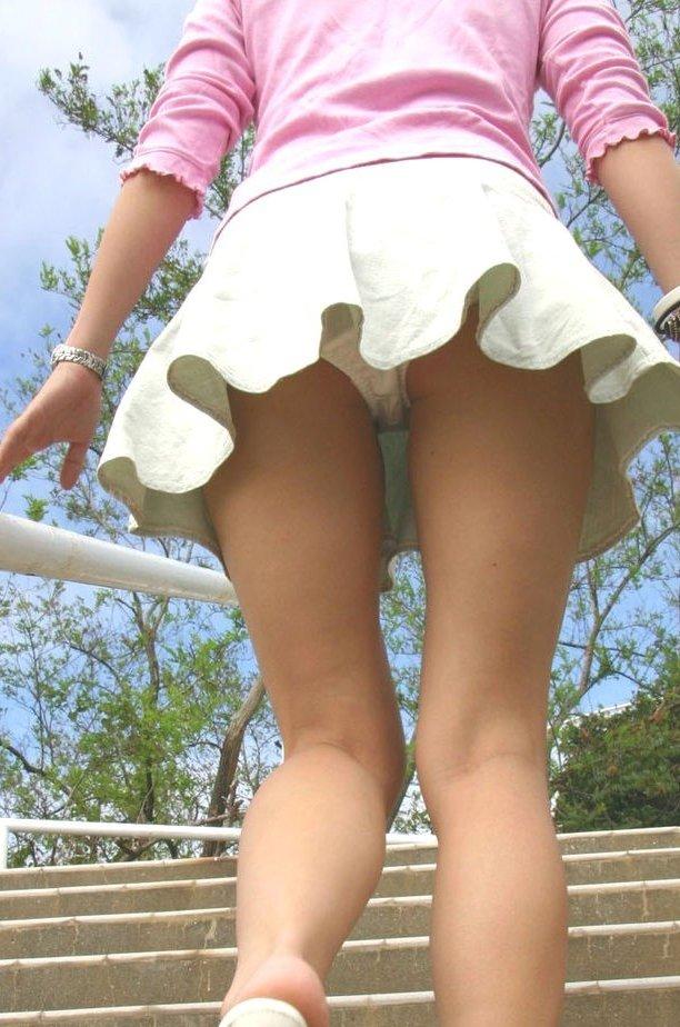 覗かずしても見えてる階段ローアングルパンツ丸見えってたまんねえなwwwwwwwwww(秘密撮影えろ写真あり)