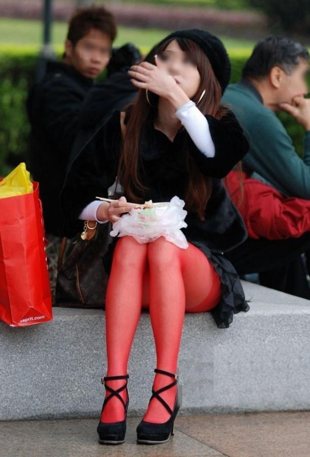 ストッキング姿が際立ってえろいシロウト小娘を秘密撮影したったwwwwwwwwwwww(写真あり)