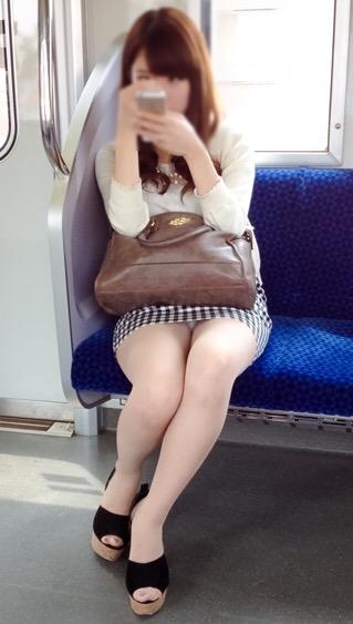 素人 電車内パンチラ盗撮エロ画像29枚!見事なパンチラにムッチリ太ももがたまらんwww