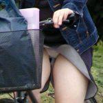 自転車パンチラしてる女の盗撮エロ画像30枚