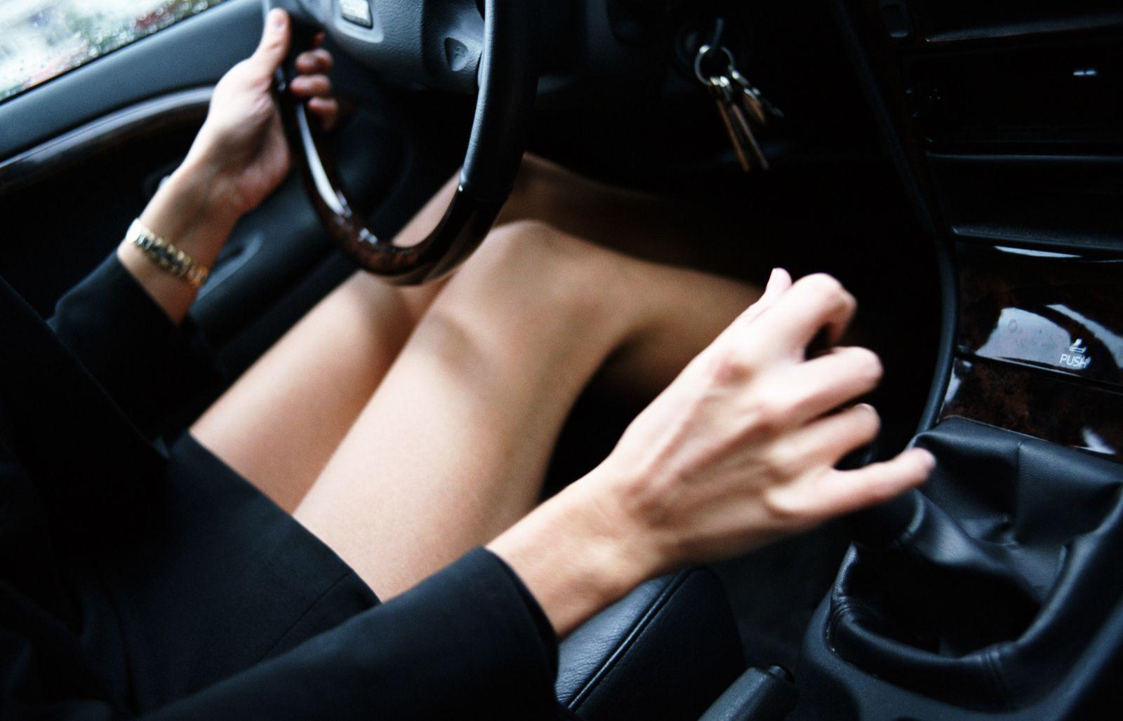 運転中のミニスカ女の美脚太ももエロ画像18枚