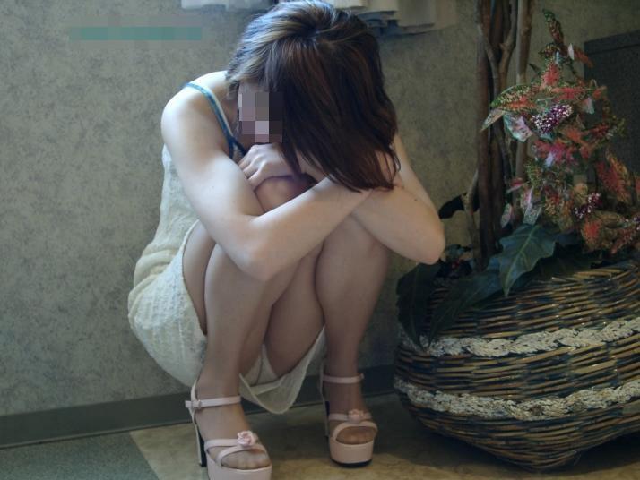 スカートでしゃがみパンチラしてる素人娘の盗撮エロ画像30枚