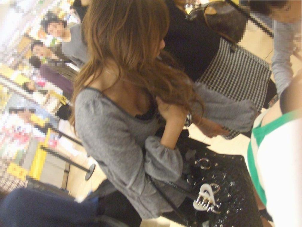 買い物中の主婦!無防備でおっぱい見えてるんだがwwwwwwwwwww(エロ画像あり)