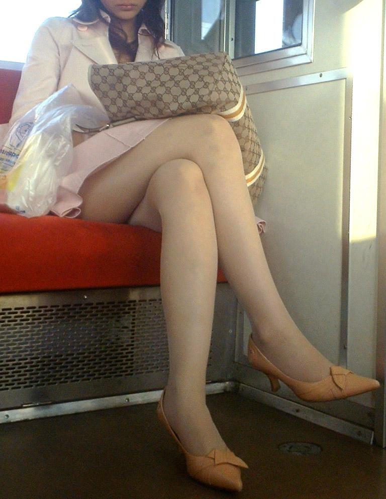 電車で見る美脚女子の盗撮エロ画像30枚
