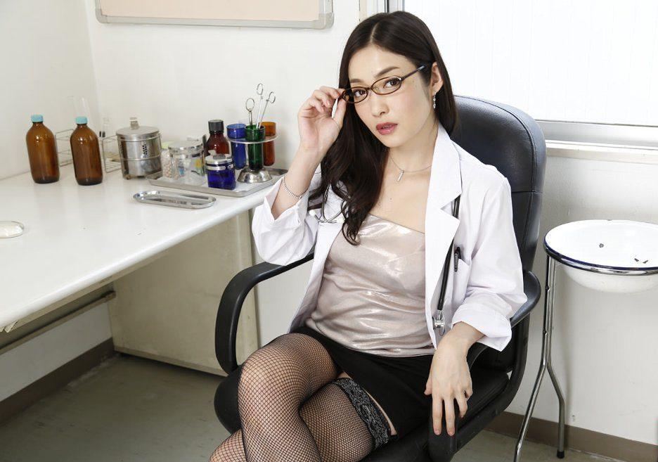 美人女医の性的ご奉仕のエロ画像27枚