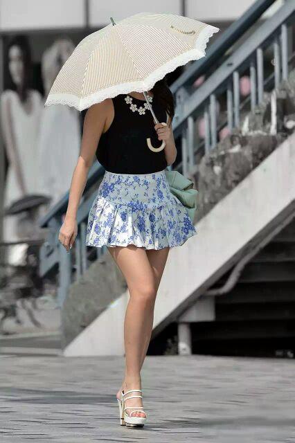 ミニスカ美脚が美しい素人娘の盗撮エロ画像30枚