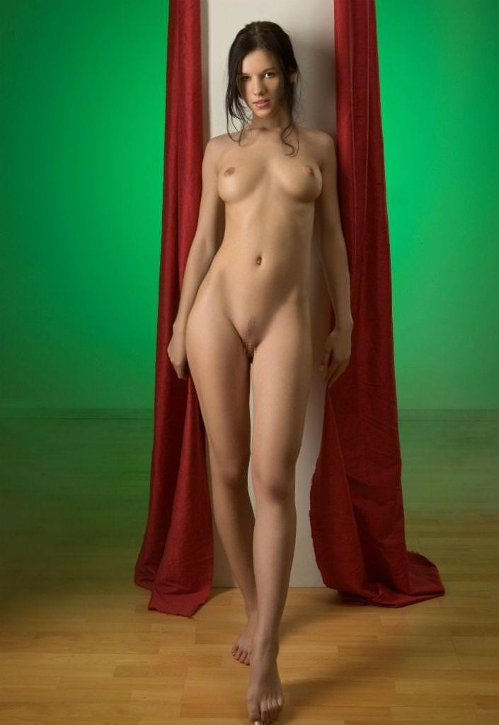 海外美女の破壊力バツグンの美脚ヌードエロ画像30枚
