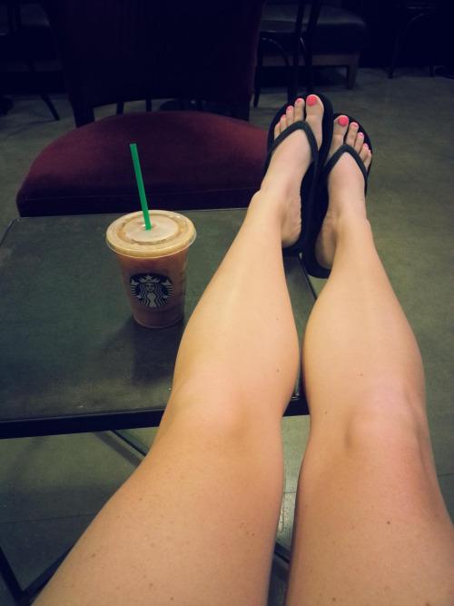 夏到来で増えるサンダル生足美脚女子のエロ画像30枚