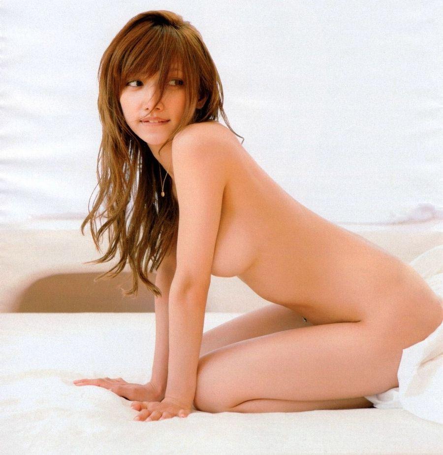 見えそうで見えない…横乳ヌードのエロ画像26枚