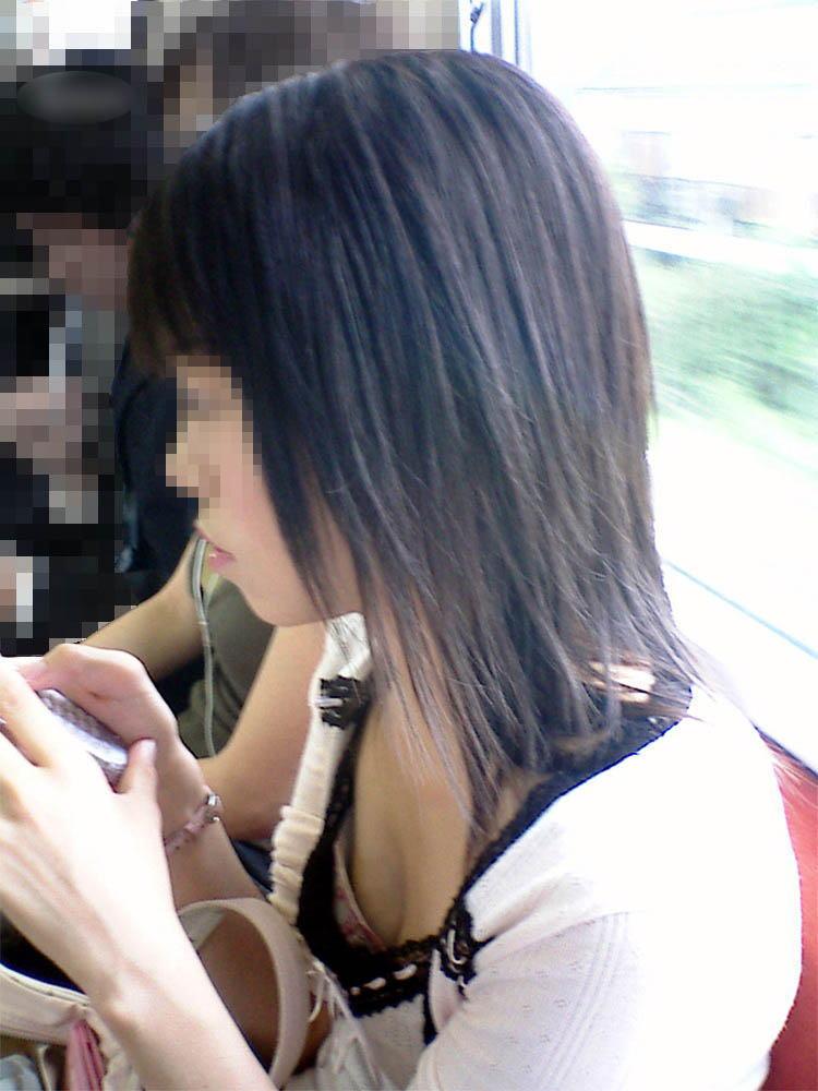 乳首も見えそう!素人娘の電車内盗撮の胸チラエロ画像30枚