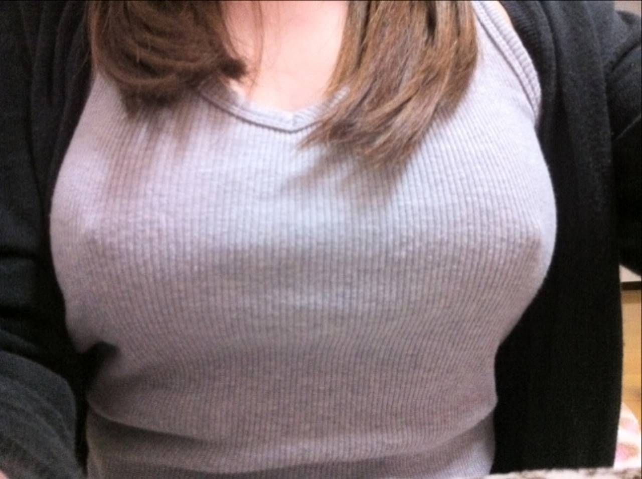 Фото женской груди из под майки, Фото сосков девушки в мокрой майке - Частное порно фото 3 фотография