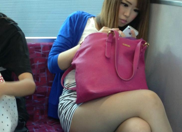 列車内秘密撮影魔の餌食になった生足シロウト小娘のえろ写真20枚