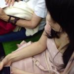 夏は高確率で拝める電車内胸チラのエロ画像30枚