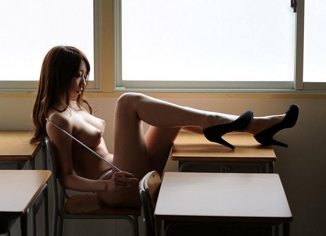 全裸にハイヒールというなんとも卑猥な姿の女のエロ画像30枚