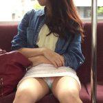 電車内で対面パンチラして見せてくれるサービス精神最高な素人娘のエロ画像